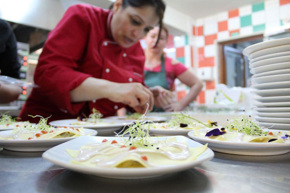 Primăvara, adusă în bucătăria Restaurantului Social ASSOC de elevii și profesorii unei școli culinare din Italia