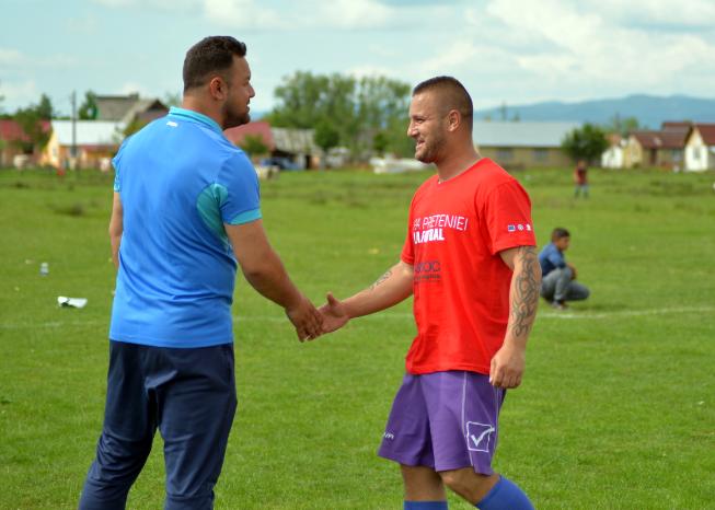 Români și romi din Finteușu Mic au participat la prima ediție a Cupei Prieteniei la fotbal