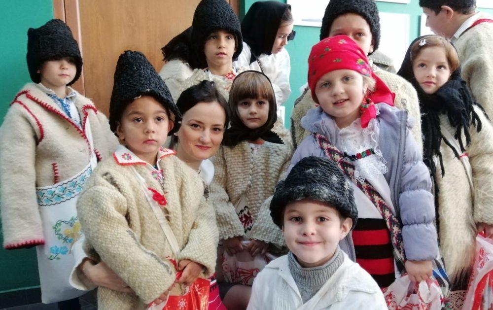 Copiii din Remetea Chioarului au venit cu colinda până la ASSOC Baia Mare