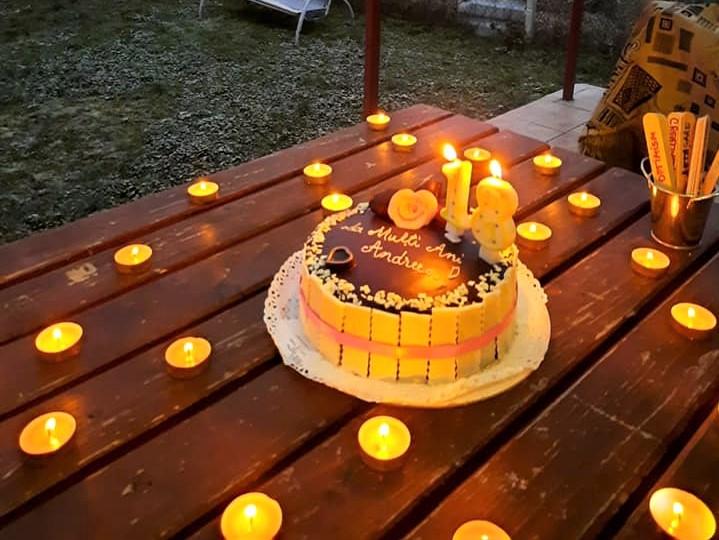 Majorat sărbătorit online de o tânără din Baia Mare, alături de o familie lărgită